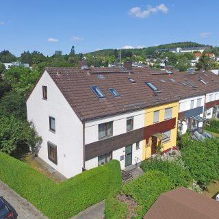 NEU: Großzügiges Reiheneckhaus mit zwei Garagen in zentrumsnaher, ruhiger Lage in Bayreuth!  Frei ab sofort. Angaben zum Energieausweis: Baujahr:1980 Heizungsart:Zentralheizung Wesentliche Energieträger:Gas Energieausweis:ja Erstellungsdatum Energieausweis: Ab dem 01. Mai 2014 Energieausweistyp:Bedarfsausweis Endenergiebedarf:173.8 kWh/(m²*a) Energieeffizienzklasse:F #jt_thamer #MissionImmobilie #ImmobilienStories #jt #immobilie #bayreuth #immobiliebayreuth #reihenhaus #reiheneckhaus #hauskauf #oberfranken #kaufen #luftfotografie #immobilienfotografie #drohnenfotografie #fotographie #immobilienfotos #hausmitgarten #luftbild #wohneninbayern #architekturfotografie #architektur #achtzigerjahre