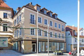 1A-Ladenfläche am Bayreuther Sternplatz neu zu vermieten! Die Ladenfläche und das dazugehörige 1.OG verfügen über eine Fläche von ca. 240 m². Parallel werden das 2.OG und das DG mit einer Gesamtfläche von ca. 200 m² vermietet. Ein Energieausweis ist für dieses Objekt nicht notwendig. Weitere Informationen auf jt-thamer.de #neu#bayreuth#bayreutherfestspiele#oberfranken#jt_thamer#jt#MissionImmobilie#ImmobilienStories#erwartensiepersönliches#unibayreuth#universitätbayreuth#immobilie#immobilien#immobilienmakler#bayern #deutschland#neu#miete#gewerbeimmobilie #laden #ladenfläche #immobilienmakler #schön#2020 #realestate #realestateagent #sternplatz #marktplatz