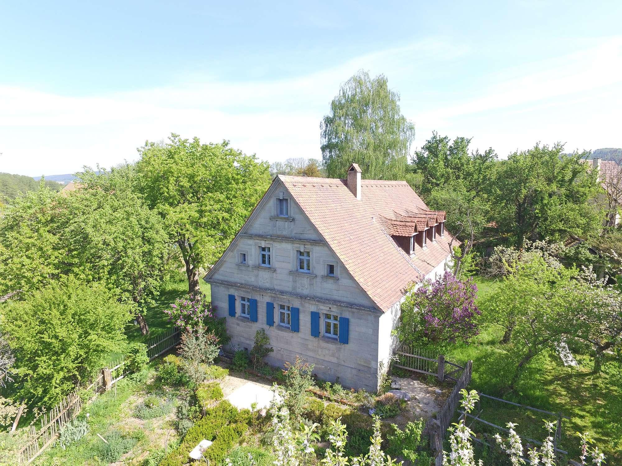Fantastisches Anwesen mit 2.647 m² Grund in ruhiger Lage und saniertem Sandsteinhaus!