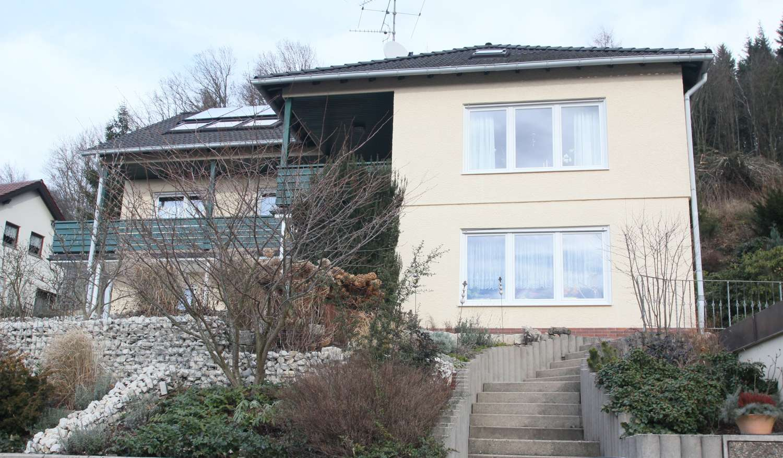 Umfangreich saniertes Einfamilienhaus in erhöhter Lage, attraktiver Gartenteich & Fernblick!