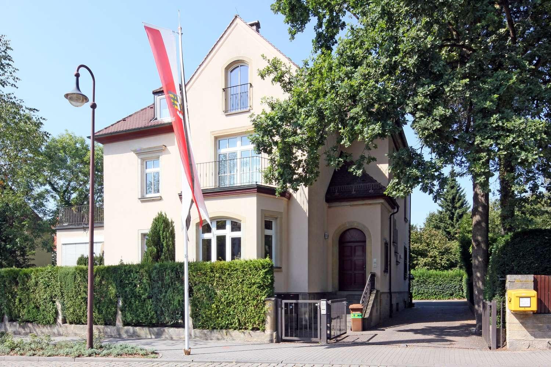 Top renovierte DG-Altbauwohnung an der Auffahrt zum Festspielhaus!