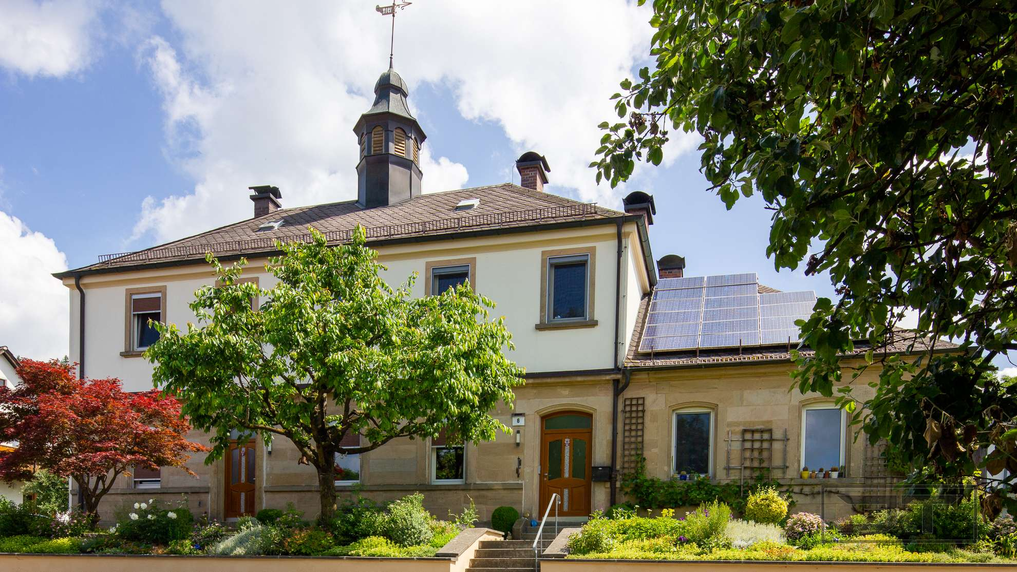 Modernes Wohnen im historischen Schulhaus mit Glockenturm in Himmelkron!